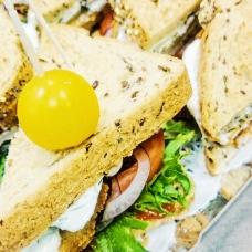 Kolmnurkvõileib grillkana, peekoni ja marineeritud kurgiga (1tk/80 gr)