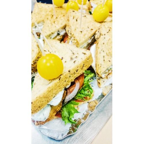 Kolmnurkvõileib kanašnitsli, peekoni ja marineeritud kurgiga (1tk/80 gr)