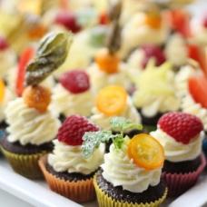 Mini šokolaadimuffin hapu kirsiga ja mascarpone/vahukoore kreemiga (tk)