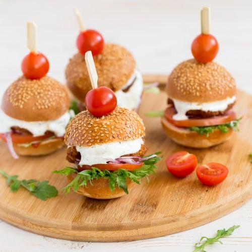 Mini burger kanašnitsliga, värske tomati ja hapukurgiga (1tk/100gr)
