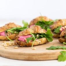 Croissant peedipesto, rukola ja kitsejuustu vahuga